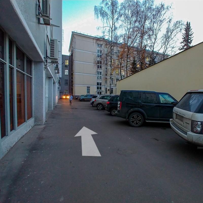 Выходим из здания на улицу и идем налево, вдоль главного корпуса
