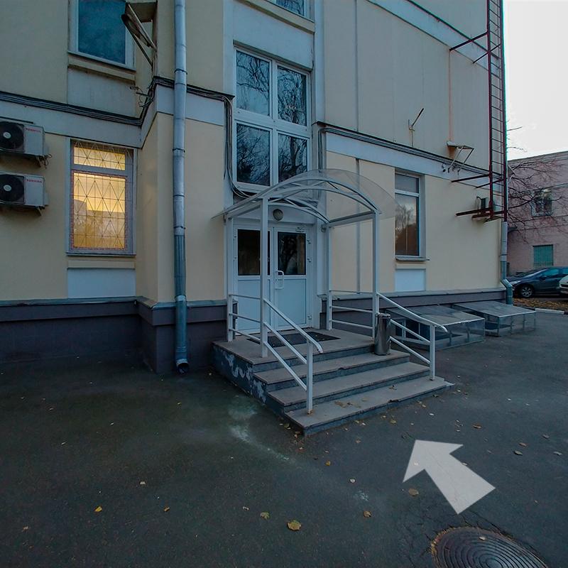 Заходим в крайний вход (белая дверь) и поднимаемся на 2-й этаж. Поворачиваем налево до комнаты #20